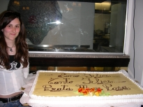 Carlini Francesca. La pronipote della Beata Maria Rosa, Carlini Francesca, accanto alla torta che riporta il motto di vita della Beata