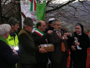 Foto di grupppo. Alcuni Alpini che hanno collaborato per la sistemazione del luogo, il sindaco di Prignano Mauro Fantini, il presidente dell'associazione Agostino Benassi e Suor Liliana